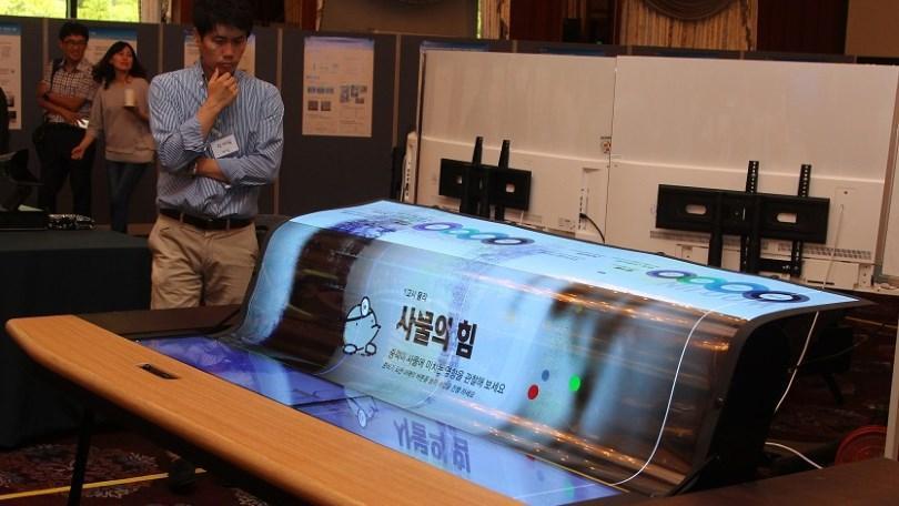 LG sorprende a todos con su nueva pantalla flexible y transparente de 77″ OLED