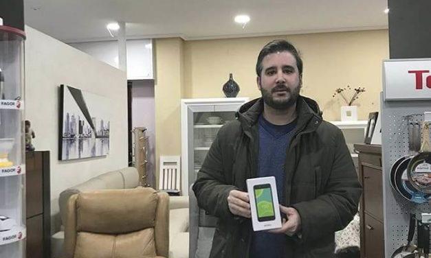 NP: La Canasta Milar hace entrega del primer smartphone del año