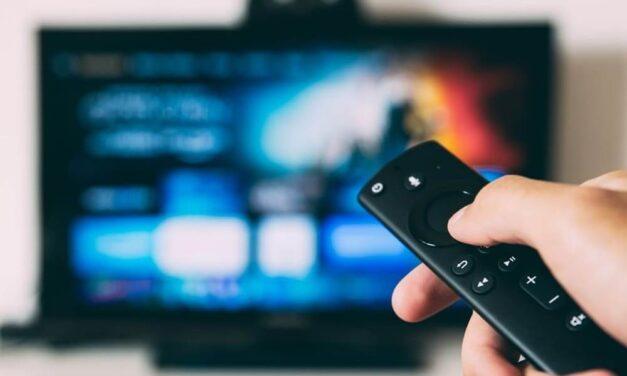 Las mujeres prefieren ver series de televisión repetidas y los hombres se decantan por ver más películas durante el confinamiento