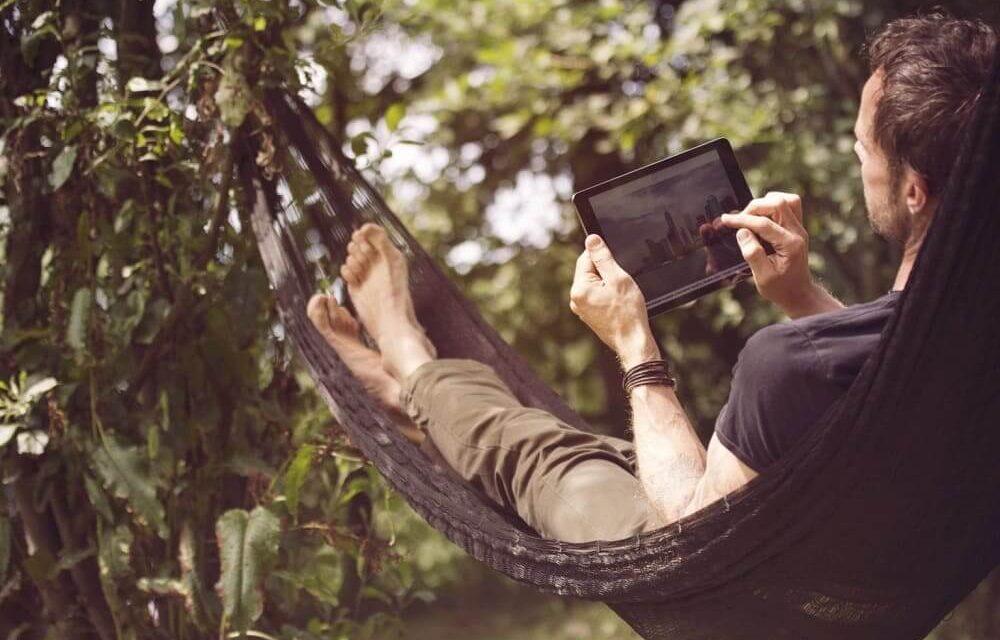 Wi-Fi en el jardín: consejos de devolo para lograr una conexión de alta velocidad al aire libre