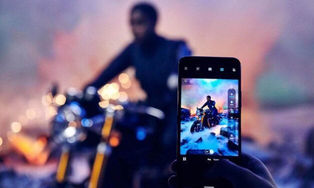 La nueva agente 00 fotografiada entre bastidores con el nuevo Nokia 8.3 5G