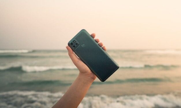 ¿Cómo debes cuidar el móvil en la playa y en la piscina?